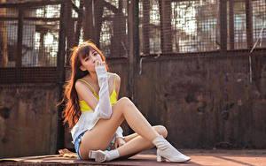 Bilder Asiatisches Sitzend Bein Unterhemd Blick Braune Haare