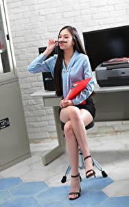 Fotos Asiaten Sitzend Bein Rock Bluse Sekretärinen junge frau