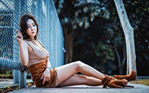 Hintergrundbilder Asiatische Sitzt Bein Rock Unterhemd Stöckelschuh Zaun junge Frauen
