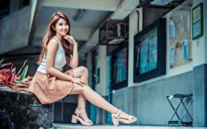 Bilder Asiatische Sitzend Bein Lächeln Blick junge Frauen