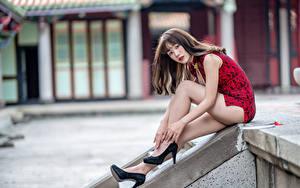 Bilder Asiaten Sitzen Bein High Heels Kleid Blick Bokeh junge Frauen