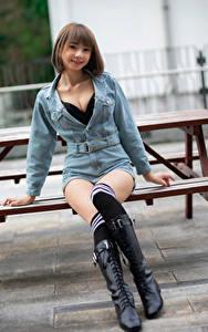 Desktop hintergrundbilder Asiatische Sitzend Bein Stiefel Long Socken Lächeln Starren Mädchens