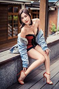 Hintergrundbilder Asiatische Sitzen Pose Bein Kleid Starren junge Frauen