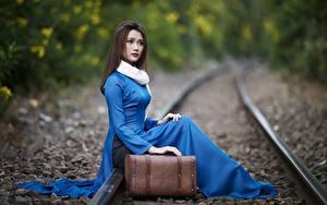 Hintergrundbilder Asiatisches Sitzend Schienen Koffer Unscharfer Hintergrund Mädchens