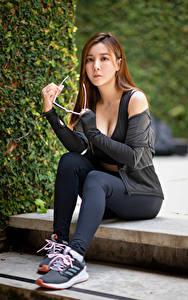 Hintergrundbilder Asiatische Sitzend Unterhemd Brille Blick Braune Haare Mädchens