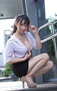 Hintergrundbilder Asiatische Sitzt Rock Bluse Dekolletee Brille Blick Brünette Mädchens