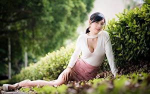 Hintergrundbilder Asiatisches Sitzend Rock Bluse Blick Bokeh junge frau