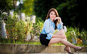 Bilder Asiaten Sitzen Rock Bluse Bein Starren Mädchens