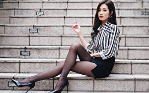 Desktop hintergrundbilder Asiaten Sitzend Treppen Bein Strumpfhose High Heels Rock Bluse Brünette junge frau