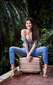 Hintergrundbilder Asiaten Sitzt Koffer Jeans Bluse Dekolleté Lächeln Starren Pose Hübsche junge frau