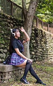Fotos Asiatisches Sitzt Uniform Schülerin Long Socken Kopfhörer junge Frauen