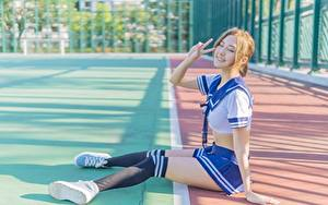 Fotos Asiatische Rock Braunhaarige Lächeln Hand Sitzen Bein Long Socken Schulmädchen Uniform