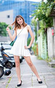 Bilder Asiatische Lächeln Kleid Bein Blick Mädchens