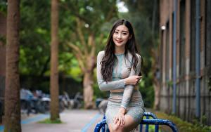 Fotos Asiatische Lächeln Hand Brünette Süße Sitzend Rock Bokeh Mädchens