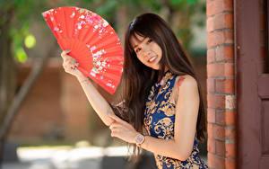 Bilder Asiatische Lächeln Hand Fächer Kleid Starren Bokeh Mädchens