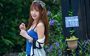Bilder Asiaten Lächeln Unterhemd Hand Blick Braune Haare Mädchens