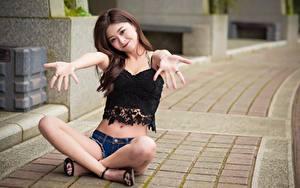 Fotos Asiatisches Lächeln Sitzend Bein Bokeh Hand junge Frauen