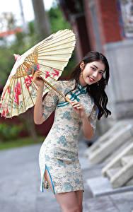 Hintergrundbilder Asiatisches Lächeln Regenschirm Kleid Starren Mädchens