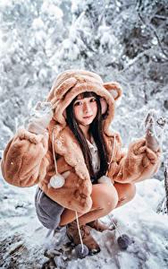 Hintergrundbilder Asiatische Schnee Sitzt Pelzmantel Blick Mädchens