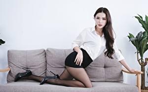 Hintergrundbilder Asiatisches Sofa Brünette Hand Rock Bein Stöckelschuh Strumpfhose Mädchens