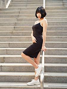 Bilder Asiaten Treppe Pose Kleid Brünette Starren