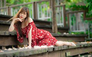 Bilder Asiaten Treppe Pose Kleid Starren Unscharfer Hintergrund junge frau