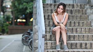 Hintergrundbilder Asiatisches Treppe Sitzend Dekolletee Hand Bein junge Frauen