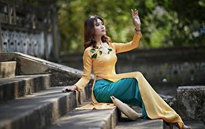 Fotos Asiatische Treppen Sitzend Kleid Hand Mädchens