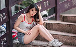 Hintergrundbilder Asiaten Stiege Sitzt Bein Shorts Unterhemd Mädchens