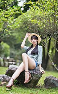 Hintergrundbilder Asiatische Stein Brünette Sitzend Bein Hemd Shorts Der Hut Bokeh Mädchens
