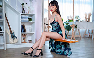Desktop hintergrundbilder Asiatisches Schaukel Sitzt Kleid Bein Blick junge Frauen