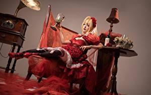 Hintergrundbilder Asiaten Tisch Weinglas Flasche Lampe Blond Mädchen junge frau