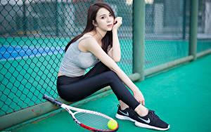 Fotos Asiatische Tennis Bokeh Brünette Unterhemd Hand Bein Sitzend Ball Pose junge frau