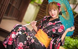 Fotos Asiatische Regenschirm Braune Haare Blick Sitzend Kimono Hand