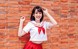 Hintergrundbilder Asiatische Mauer Aus backsteinen Pose Hand Rock Bluse Lächeln Brille Schulmädchen