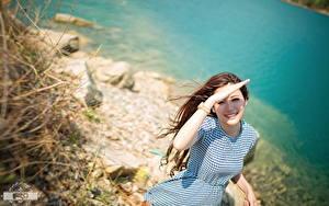 Desktop hintergrundbilder Asiatisches Armbanduhr Bokeh Braunhaarige Blick Lächeln Hand Kleid junge frau