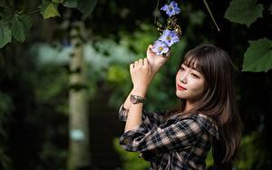 Hintergrundbilder Asiatische Armbanduhr Unscharfer Hintergrund Braunhaarige Hand Blick Mädchens