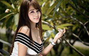 Hintergrundbilder Asiaten Armbanduhr Unscharfer Hintergrund Blick Lächeln Hand Braunhaarige Dekolletee junge Frauen