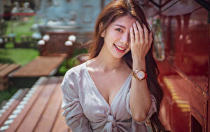 Fotos Asiatische Armbanduhr Bokeh Lächeln Hand Starren junge Frauen