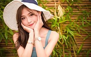 Fotos Asiatische Armbanduhr Der Hut Braune Haare Hand Blick Lächeln Mädchens