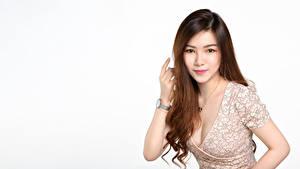 Fotos Asiaten Weißer hintergrund Braunhaarige Kleid Dekolleté Haar Blick Niedlich Mädchens