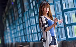 Hintergrundbilder Asiatische Fenster Shorts Unterhemd Fotoapparat Blick Braunhaarige Mädchens