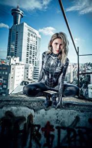 Fotos Asiatisches Posiert Sitzt Latex Starren spider woman junge frau