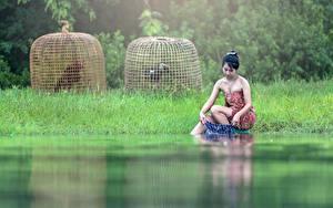 Fotos Asiatische Brünette Gras Sitzend Nebel Hand washing junge frau