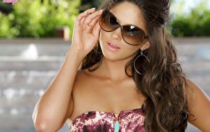 Hintergrundbilder Braune Haare Blick Brille Hand Ohrring Haar Aspen Rae junge Frauen