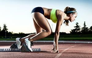 Bilder Posiert Seitlich Brünette Uniform Hand Bein Sportschuhe Start Athletics Sport Mädchens