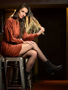 Bilder Sitzend Kleid Bein Starren Audrey junge frau