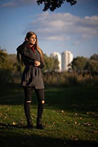 Hintergrundbilder Herbst Gras Braune Haare Mantel Benita Mädchens