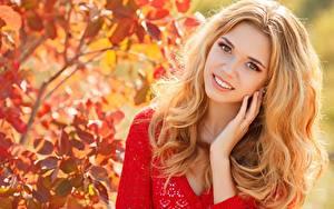 Desktop hintergrundbilder Herbst Bokeh Blond Mädchen Starren Lächeln Hand Haar junge frau