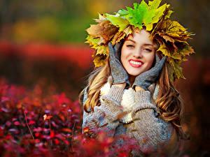 Fotos Herbst Bokeh Kranz Blattwerk Hand Handschuh Starren Lächeln Mädchens